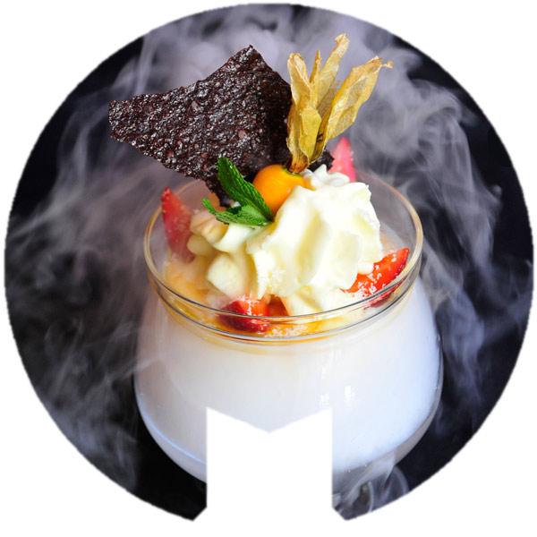 Isla volcánica de coco con helado de piña y espuma de cítricos